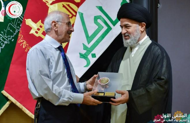 الملتقى الاول لتكريم الاطباء الرواد يُكرِم عميد كلية الطب جامعة كربلاء